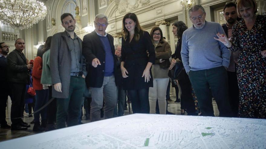 El alcalde de València, Joan Ribó, junto a la vicealcaldesa, Sandra Gómez, el vicealcalde Sergi Campillo, y otros concejales del Ayuntamiento
