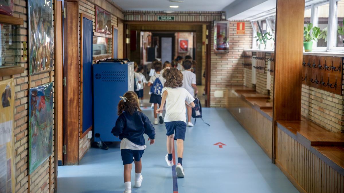 Varios niños en el hall del colegio Virgen de Europa durante el primer día de clase del curso 2021-22.