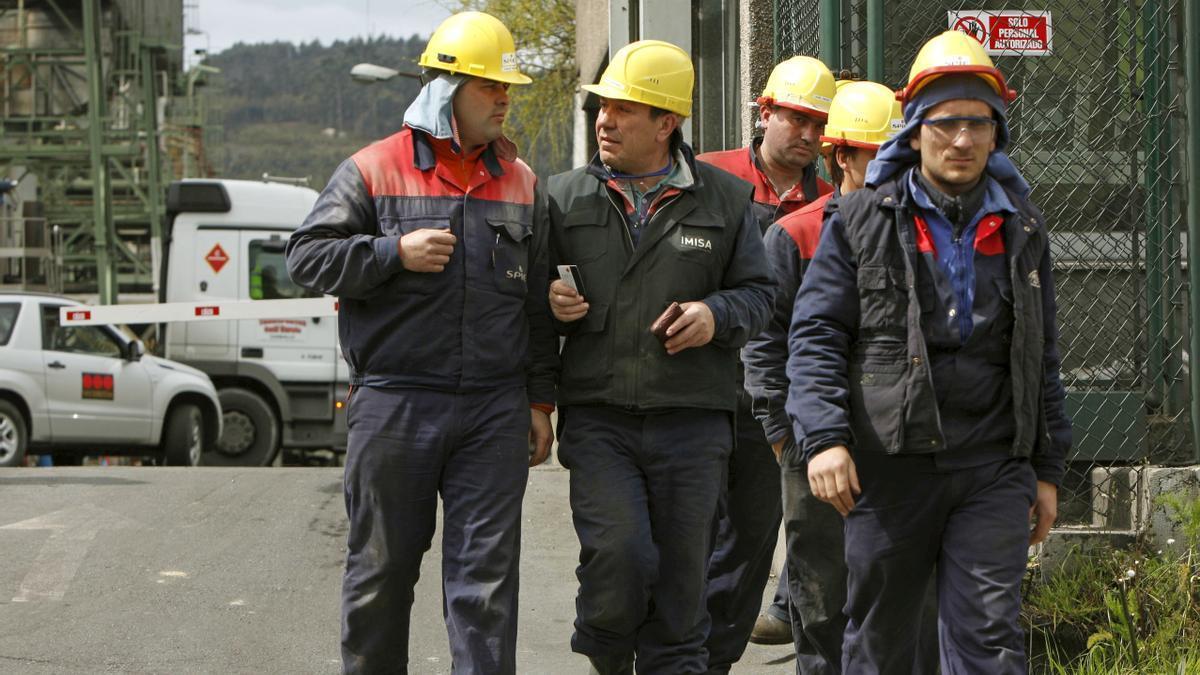 Trabajadores en las instalaciones de Respol en A Coruña.