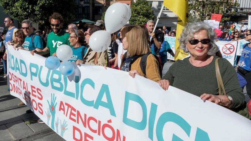 """La asociación Justicia para la Sanidad, promovida por el médico granadino Jesús Candel, 'Spiriman', ha reunido hoy en Sevilla a varios miles de personas en una manifestación encabezada por 'Spiriman' en contra de la """"mala gestión"""" de la sanidad y de la """"corrupción sanitaria"""" en Andalucía."""