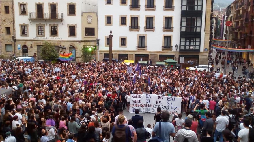 Miles de personas rechazan en las tres capitales vascas la libertad provisional para 'La Manada'