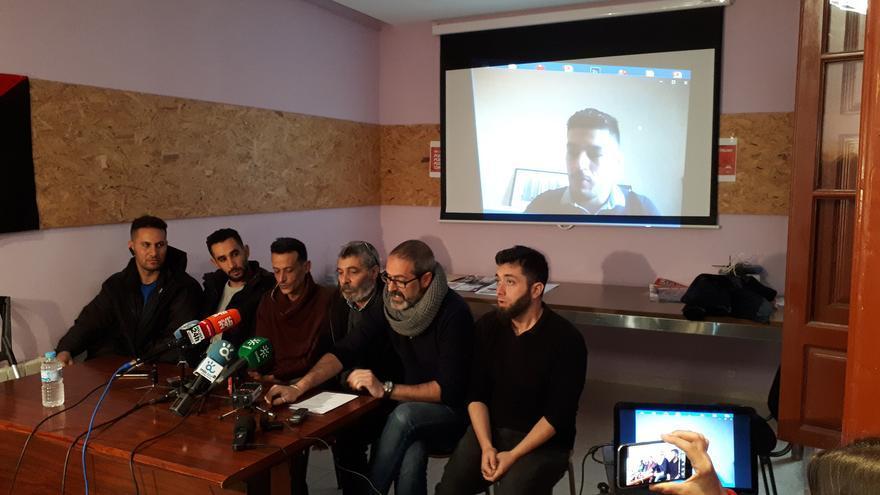 Familiares de migrantes de la cárcel de Archidona, durante la rueda de prensa   N.C.