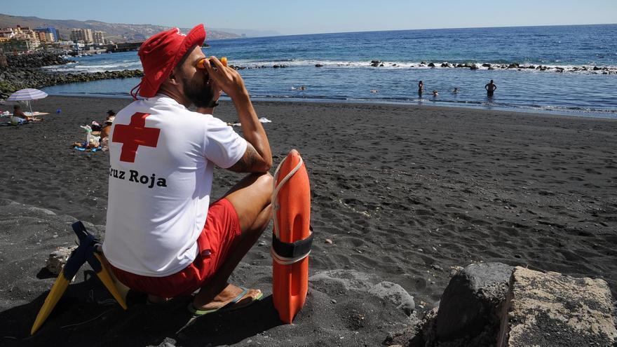 Un socorrista de Cruz Roja realiza vigilancia en una de las playas de Candelaria donde presta cobertura sociosanitaria. Foto: Luís Camejo-Cruz Roja