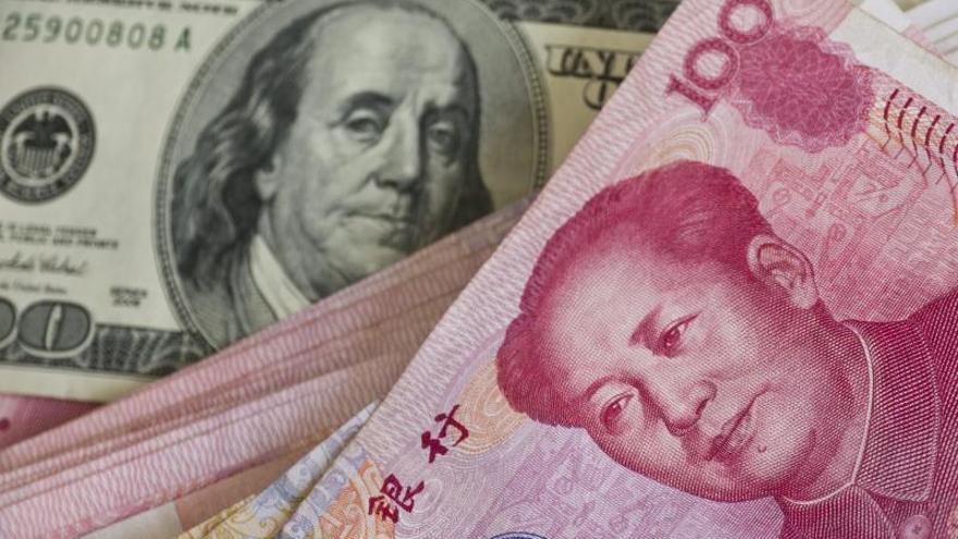La divisa china, el yuan, rompió este lunes la barrera psicológica de las 7 unidades por cada dólar, algo que llevaba sin pasar desde abril de 2008