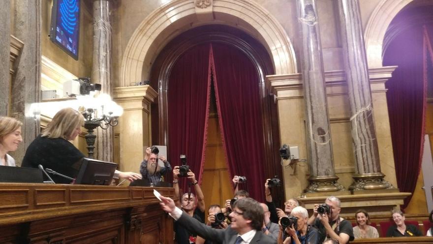 El Parlament declara constituida la República de Cataluña e insta al Govern a implementarla