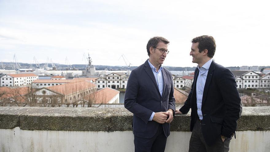 Feijóo y Pablo Casado, durante un paseo preelectoral por Ferrol el pasado marzo
