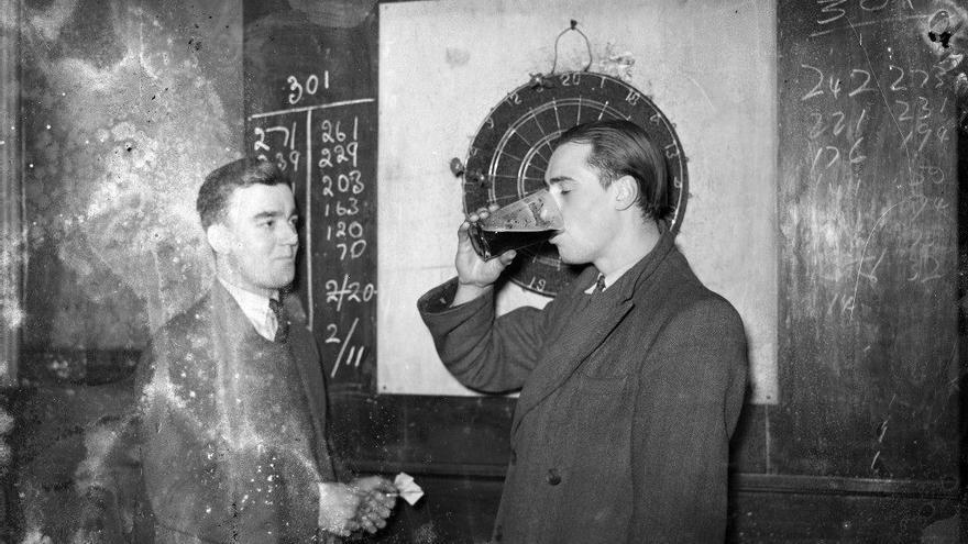 Londres, 1930. Dos hombres juegan a los dardos en un bar (via Flasbak)