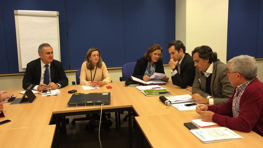 Soledad Cabezón e Inés Ayala, acompañadas por Rafael González Tovar, han escuchado las reivindicaciones del soterramiento del AVE en Murcia y de los pequeños productores de energía fotovoltaica