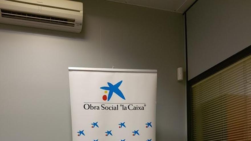 Mara Rodríguez Díaz (i), directora de la oficina de CaixaBank en Los Llanos; y Rosario Isabel Camacho Rodríguez, presidenta de la Asociación de Familiares de Enfermos de Alzheimer y Otras Demencias de La Palma.