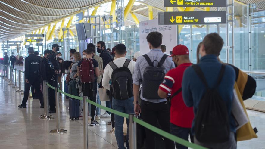 Archivo - Agentes de policía nacional realizan controles a los pasajeros de la T4 del Aeropuerto Adolfo Suárez Madrid-Barajas