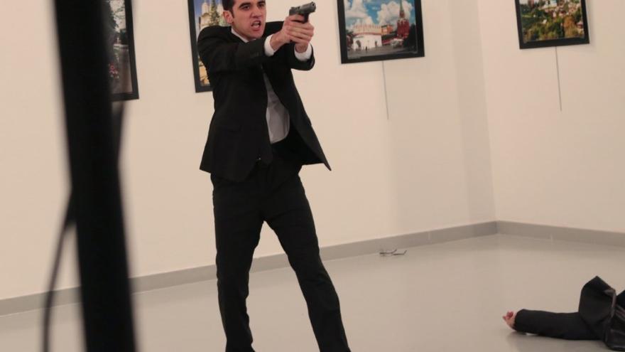El asesino, captado por la cámara de Burhan Ozbilici.