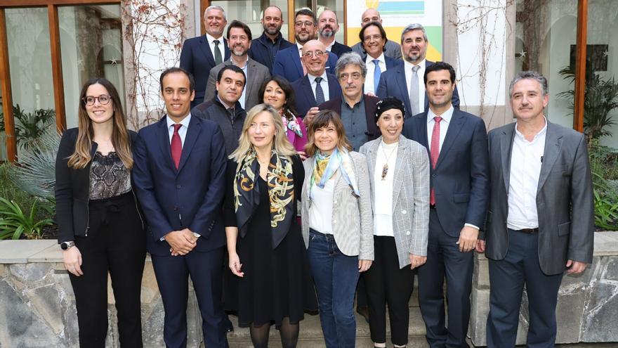 Foto de familia con miembros de MedCruise y autoridades asistentes al acto de este lunes