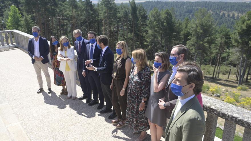 El presidente del PP, Pablo Casado, posa junto a la cúpula del PP en el Parados de Gredos, donde ha presidido la Junta Directiva Nacional del PP. En Madrid, a 21 de julio de 2021.