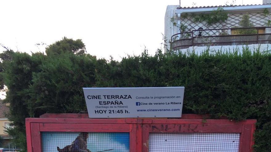 Cartel improvisado de `Jurassic World´ en el Cine Terraza España de Santiago de la Ribera (Murcia)