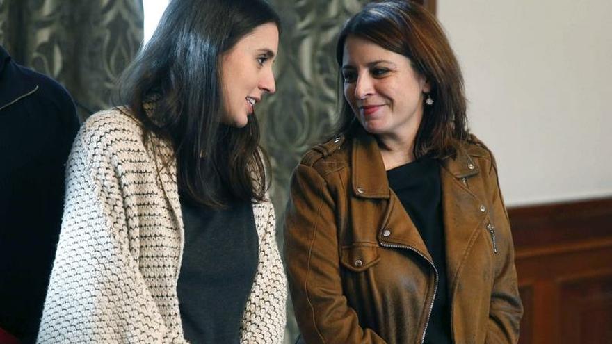 Las portavoces de Unidas Podemos, Irene Montero, y del PSOE, Adriana Lastra, el martes en el Congreso.