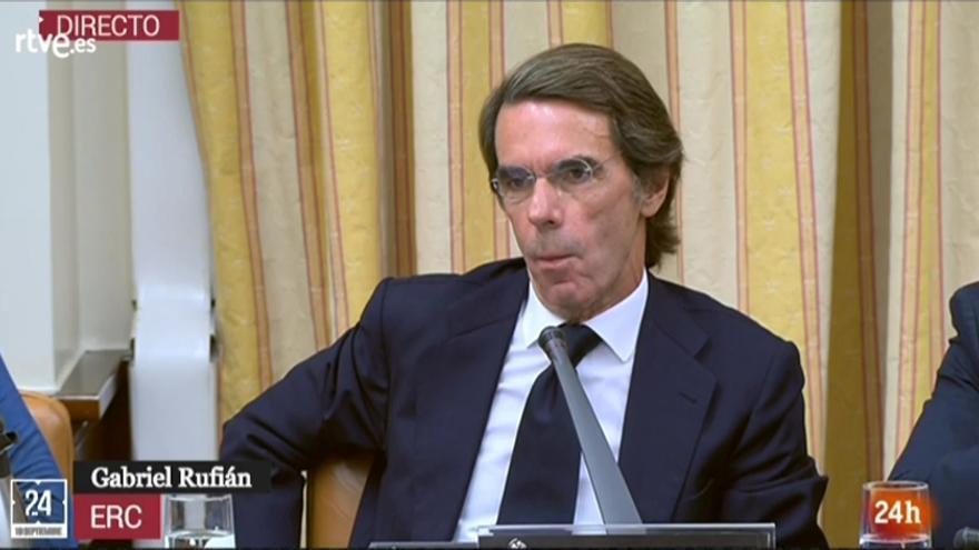 Aznar escuchando la pregunta de Gabriel rufián sobre José Couso. Captura de pantalla.