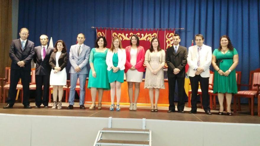 En la imagen, la alcaldesa de Mazo, Nieves Lady Barreto (CC), con los miembros de la nueva Corporación.