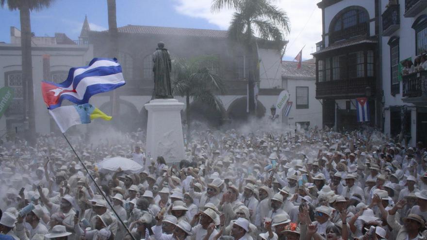 Los indianos abarrotaron la Plaza de España al ritmo de sones caribeños.