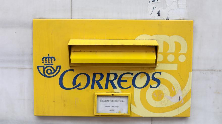 Archivo - Un buzón el mismo día en que ha comenzado a reducirse el horario de apertura de la red de las 2.500 oficinas postales de Correos como contención al coronavirus, en Madrid (España), a 16 de marzo de 2020.