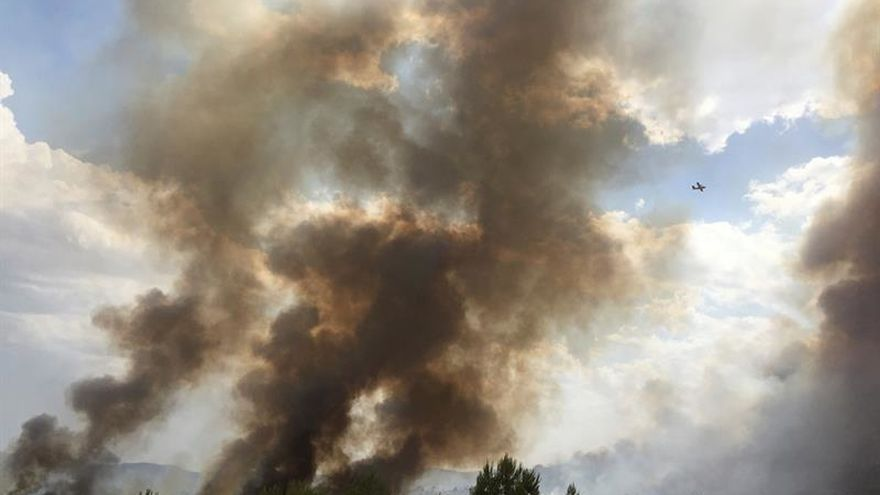 Treinta medios trabajan en un incendio en Yeste (Albacete), aún no controlado