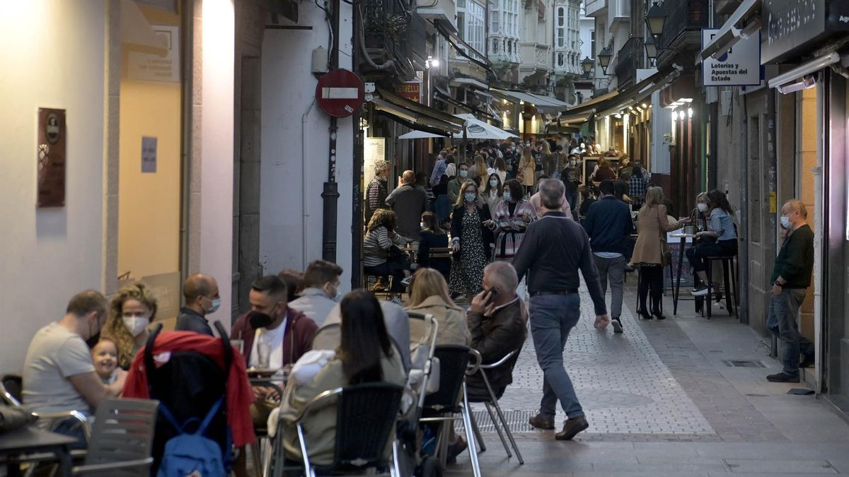 Terrazas de bares de A Coruña el mismo día en que entran en vigor nuevas medidas en la hostelería gallega