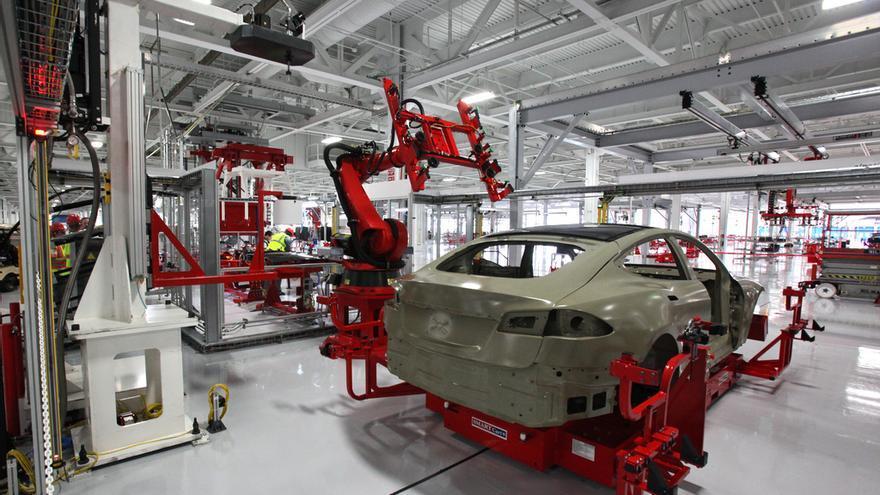 Robots de la cadena de montaje de Tesla