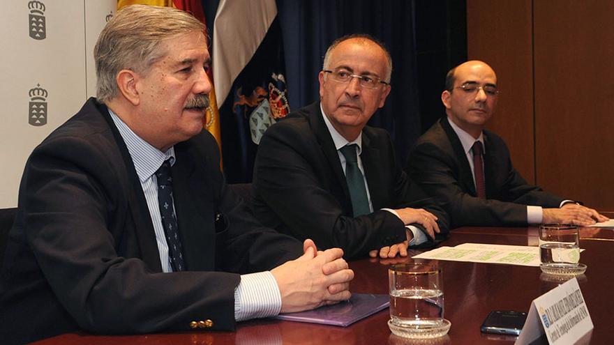 El consejero de Presidencia, Justicia e Igualdad, Francisco Hernández Spínola (c), recoge el certificado de calidad que ha otorgado Aenor a los servicios informáticos del Gobierno de Canarias.