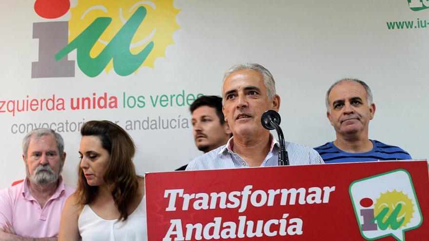 """El excoordinador provincial de IU en Sevilla, Manuel Gutiérrez Arregui, explica las """"razones políticas"""" de su dimisión. / J.M.B."""