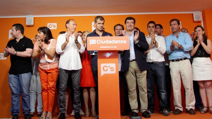 Toni Cantó, con la plana mayor de Ciudadanos en la Comunidad Valenciana, en la noche electoral de las generales de junio.