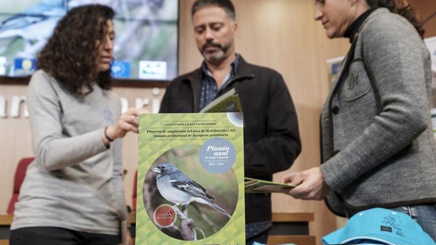 El consejero de Medio Ambiente del Cabildo de Gran Canaria, Miguel Ángel Rodríguez; la coordinadora técnica del proyecto Ruth de Oñate (i); y la técnico y coordinadora del proyecto, Marta Moreno (d)