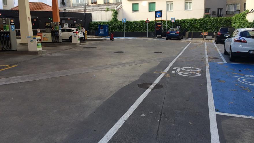 Mientras en esta gasolinera de Alberto Aguilera hay carril bici en la calle escasean. ¿Tiene que haberlos?