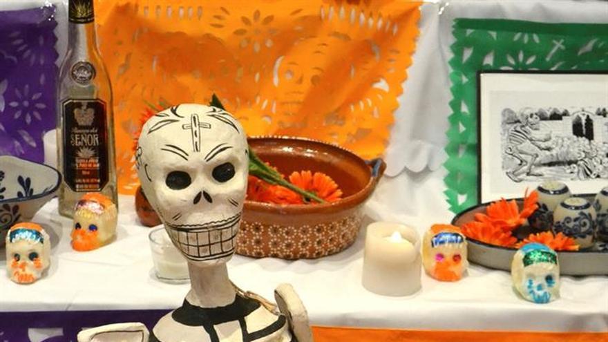 México celebra su Día de Muertos entre calaveras, flores y ofrendas en Pekín