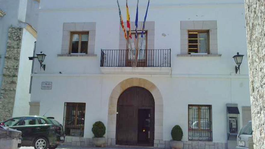 Fachada del Ayuntamiento de Peñíscola, localidad con mayor visitas de turistas en la provincia de Castellón