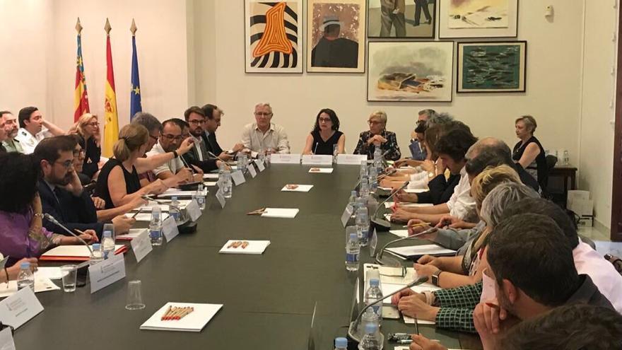 La vicepresidenta Mónica Oltra preside la reunión  de la comisión mixta de atención y acogida a personas desplazadas y refugiadas con las entidades y personas implicadas en el rescate del Aquarius
