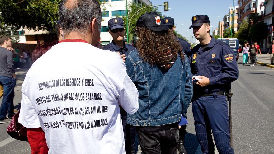 Policía Nacional identificando en la manifestación alternativa de Sevilla el 1º de mayo