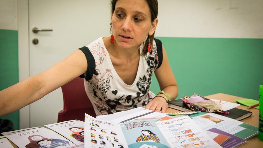 Laia con folletos informativos del programa SIRIAN