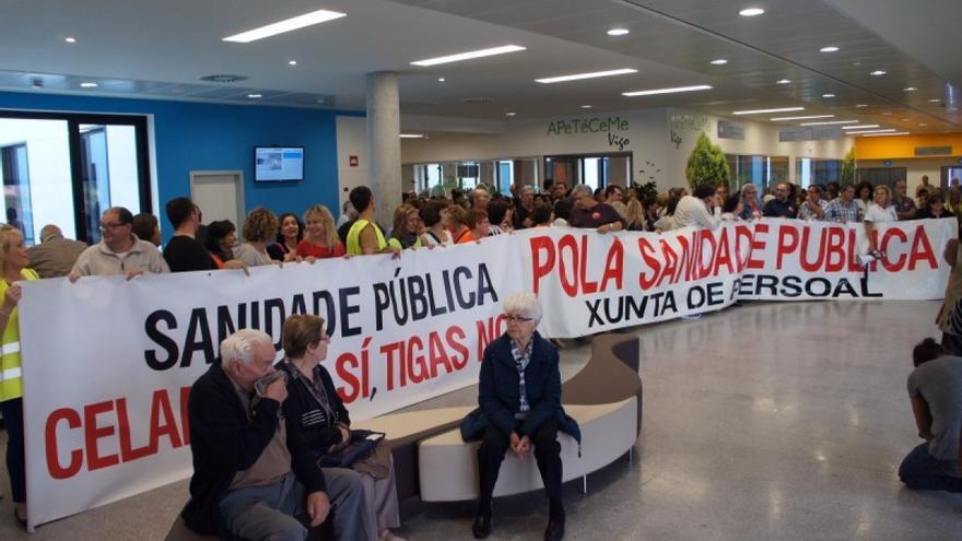 Protesta del personal del hospital de Vigo, en el interior del centro