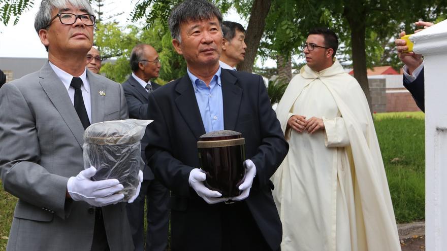 Ceremonia del traslado de marinos coreanos enterrados en el cementerio de San Lázaro (Alejandro Ramos)