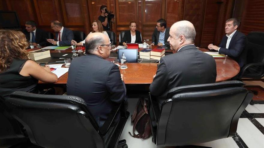 El presidente del Gobierno de Canarias, Fernando Clavijo (d), y los consejeros de Economía, Pedro Ortega (2d), y de Presidencia, José Miguel Barragán (2i), durante la reunión del Consejo de Gobierno.