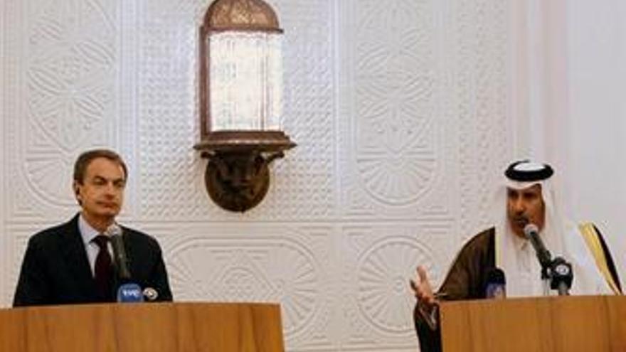 Zapatero en Qatar con el primer ministro, Al Thani. (EUROPA PRESS)