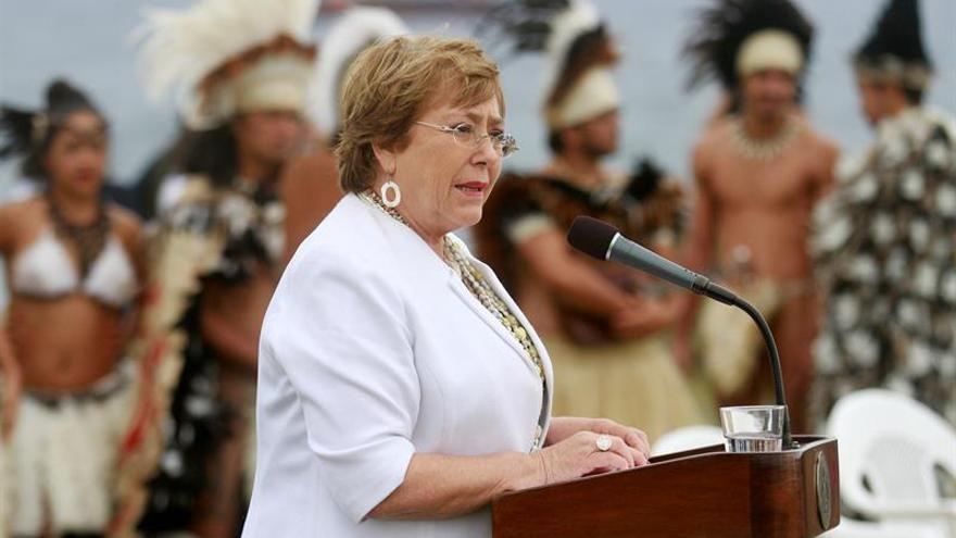 Aprobación a Bachelet cae a mínimo histórico del 22 %, según una encuesta