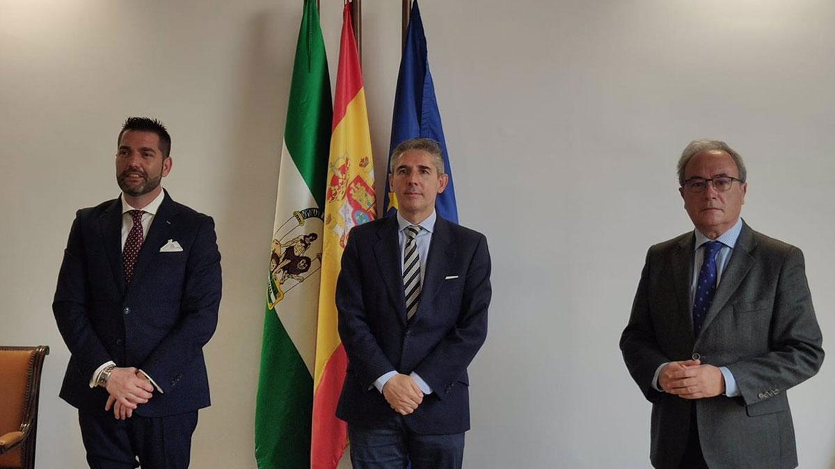 El presidente ejecutivo de 'Protocol & Diplomacy Consultancy', Pedro L. Sánchez (izda.), y el adjudicatario del Palacio de Congresos, Juan Salado (centro), tras la firma del acuerdo.