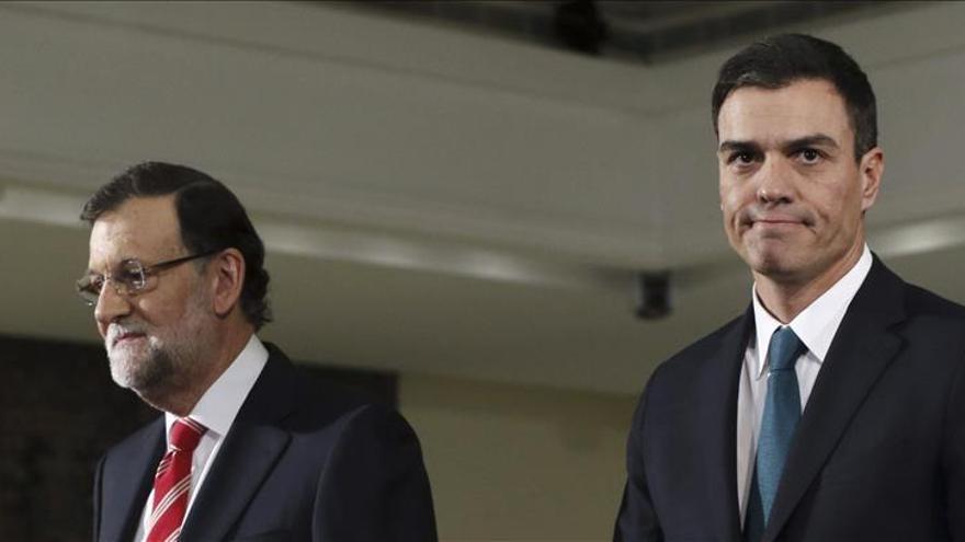 Rajoy y Sánchez hablan por teléfono antes de la aprobación de la moción secesionista