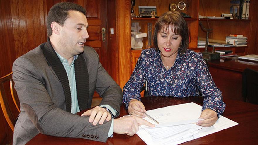 Óscar Noda, concejal de Economía y Hacienda, y Gladys Acuña, alcaldesa de Yaiza.