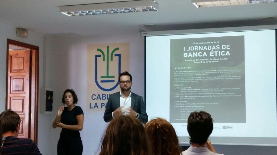 Jordi Pérez Camacho, consejero de Promoción Económica, Comercio y Empleo del Cabildo de La Palma, en la inauguración de  la I Jornada de Banca Ética.