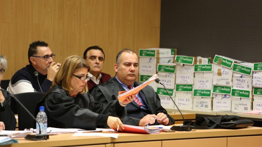 Al fondo, los acusados Esteban Cabrera (técnico municipal) y el exalcalde Francisco Valido. En primer término, el abogado de ambos, Juan Sánchez Limiñana. (ALEJANDRO RAMOS)