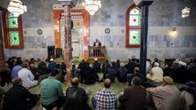El imán en el interior de la mezquita de la M-30 en Madrid.