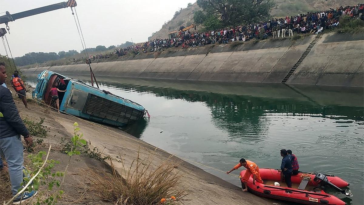 El autobús quedó completamente sumergido y se necesitaron tres horas para sacarlo del agua.