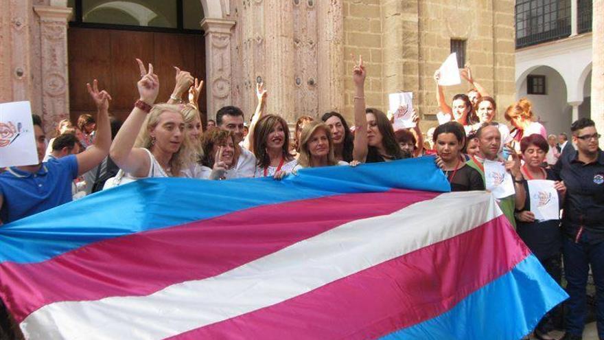 Representantes deo colectivo trans, celebrando en junio de 2014 la aprobación de la ley integral / ATA