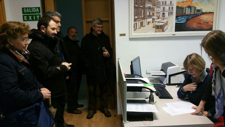 Los miembros del colectivo Desmemoriados han presentado la solicitud en el Parlamento de Cantabria.   LARO GARCÍA